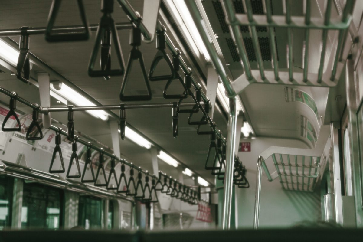 電車で複数の男性に囲まれる「集団痴漢」!予防法は?